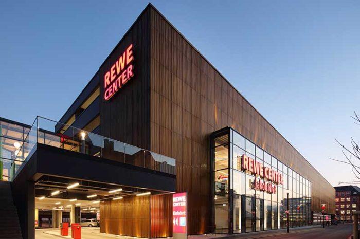HD Wahl veredelte die Fassade des REWE Center in Heidenheim mit dem SANDALOR® Färbeverfahren.