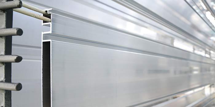 Bei Nasslackierungen wie Master HDP, PVDF-Beschichtung und Duraflon beschichtet HD Wahl die Aluminiumoberflächen im Werk.