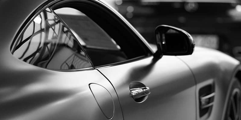Ein modernes, sportliches Auto in Schwarz-Weiß.