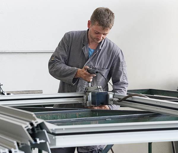 In der mechanischen Fertigung fertigt HD Wahl Fenster und Fensterelemente für den Glasbau.