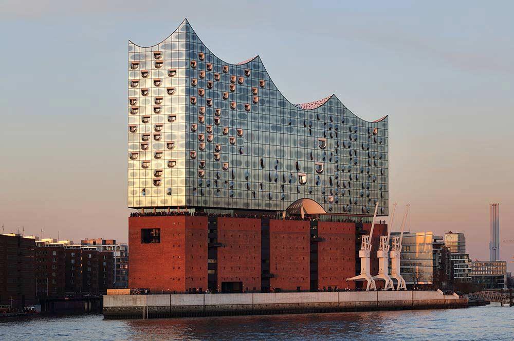 Die Aluminiumbauteile der Elbphilharmonie in Hamburg wurden mit der DURAFLON® Beschichtung (Nasslackierung) versehen.