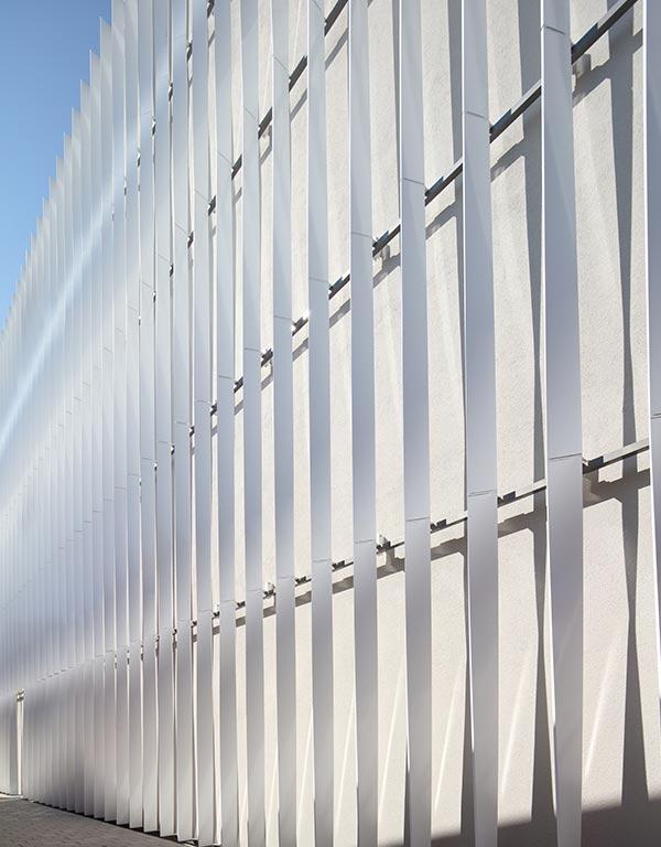 Die Fassade der Sporthalle des Kepler- und Humboldt-Gymnasiums in Ulm wurde mit Nasslackbeschichtung gefärbt.