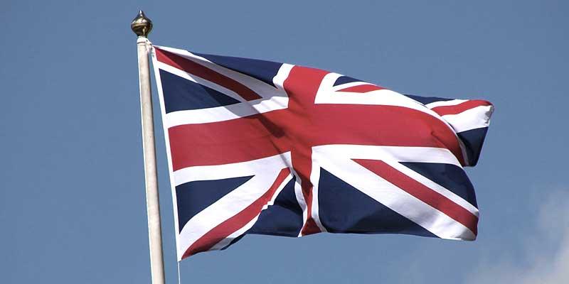 Die Flagge Großbritanniens weht im Wind und Symbolisiert die Eloxierung nach British Standard