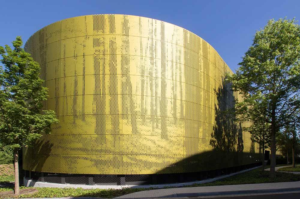 HD Wahl beschichtete die Fassade des Aldi Süd Parkhauses in Mühlheim an der Ruhr in SANDALOR® E6/S100-1 olivgelb.