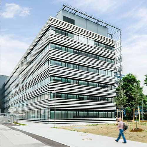 Das Technologiezentrum II von Rohde & Schwarz erstrahlt dank hochwertiger DURAFLON®-Beschichtung von HD WAHL in dynamischen Silbermetallic.