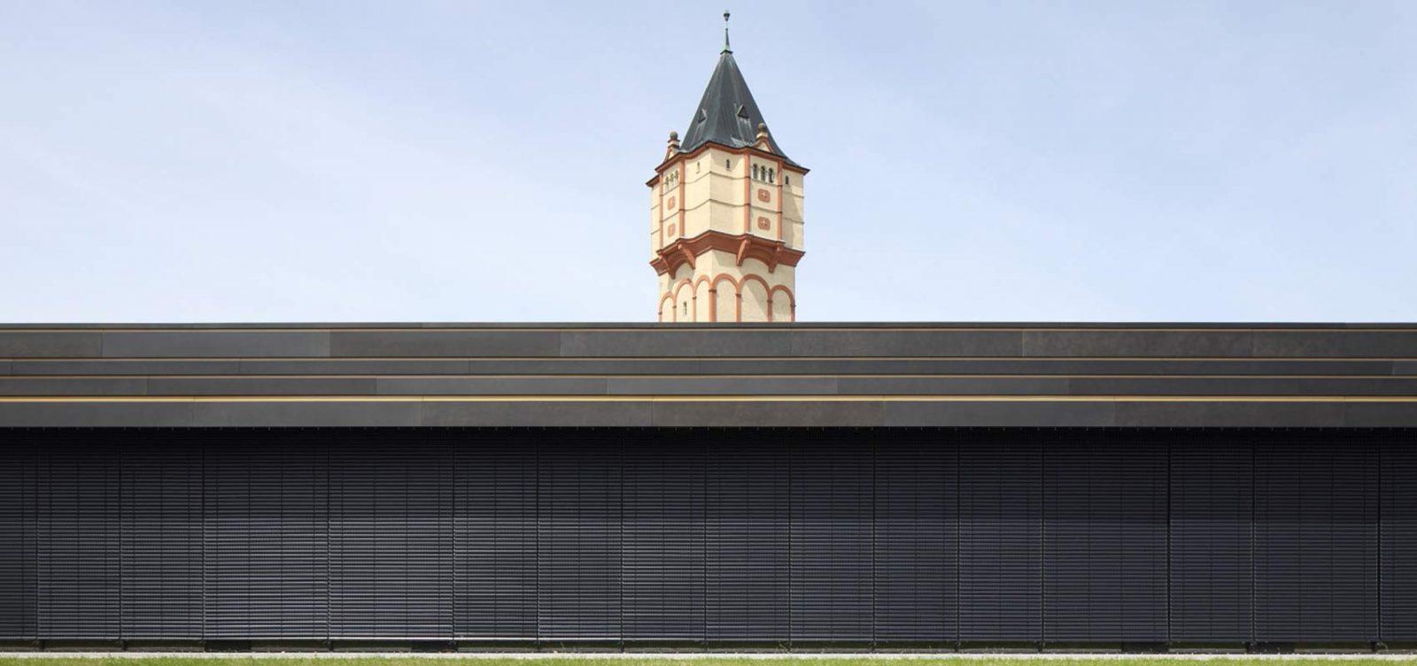 Bild eines Turms hinter einer Mauer