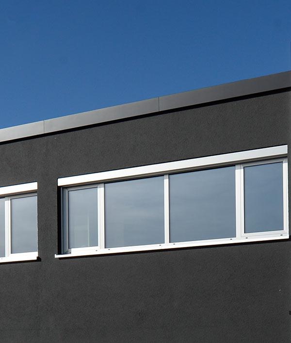 Gestapelte Fensterrahmen und Fenster und Glasbauelemente in der mechanischen Fertigung