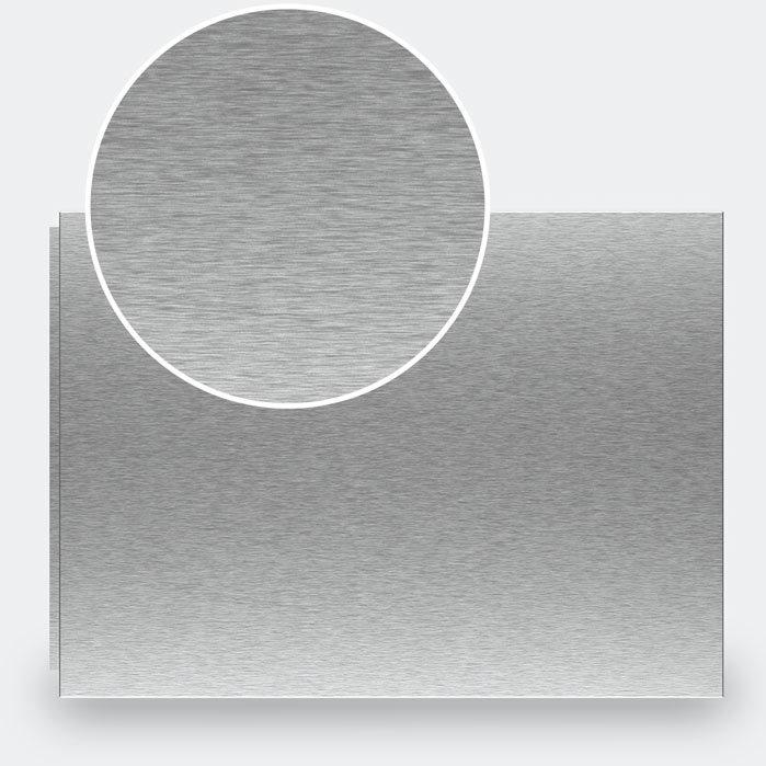 Aluminium-Oberflächen können vor der Eloxierung chemisch oder mechanisch vorbehandelt werden. Dies verändert die Struktur, die Reflektionseigenschaften sowie die optische Wirkung der Oberfläche.