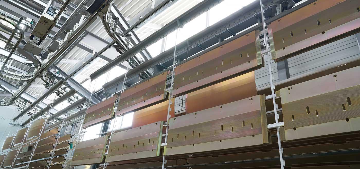 Bei der Nasslackierung werden die Bauteile aus Aluminium auf unseren hochmodernen Anlagen beschichtet, anschließend wird der Lack im Einbrennofen eingebrannt.