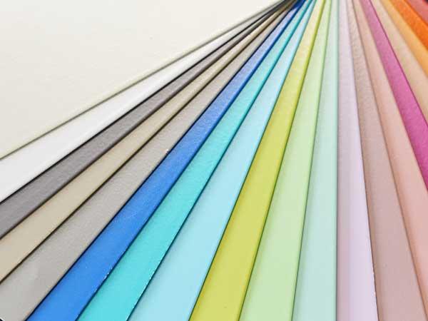 Ein Farbfächer zeigt Beispiele für mögliche Eloxalfarben, die HD Wahl durch Nasslackierung erreichen kann.