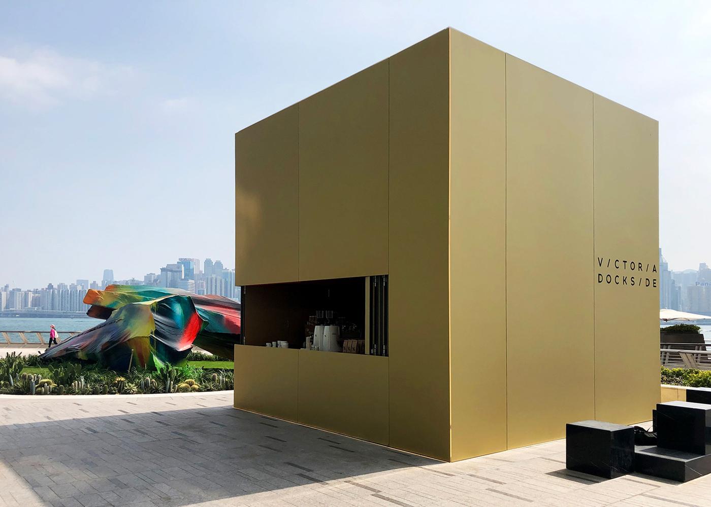 Totalansicht Kube Kiosk mit goldener Eloxal-Fassade