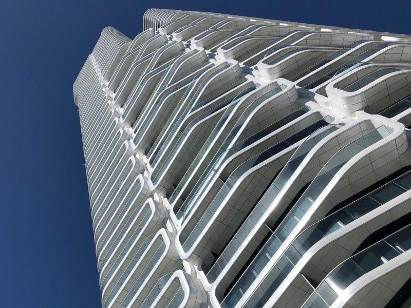 Funkelnde DURAFLON Fassade des Grand Towers.