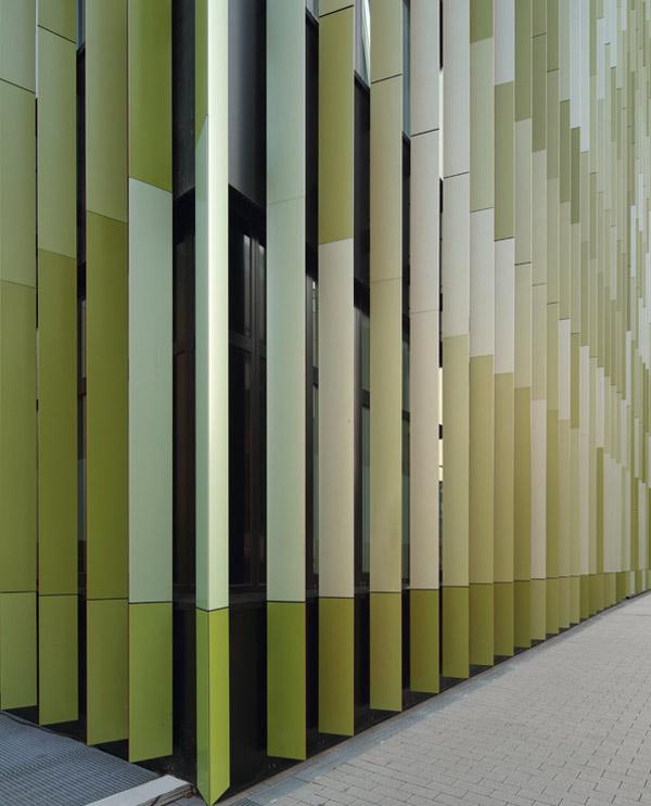 Die grüne Seite der Fassadenlamellen wurden mit 6 verschiedenen Grüntönen lackiert.