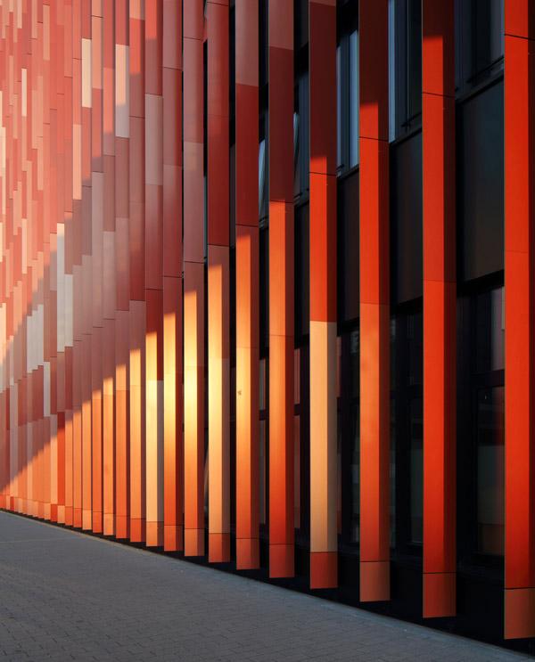 Die rote Seite der Fassadenlamellen wurden mit 6 verschiedenen Rottönen lackiert.