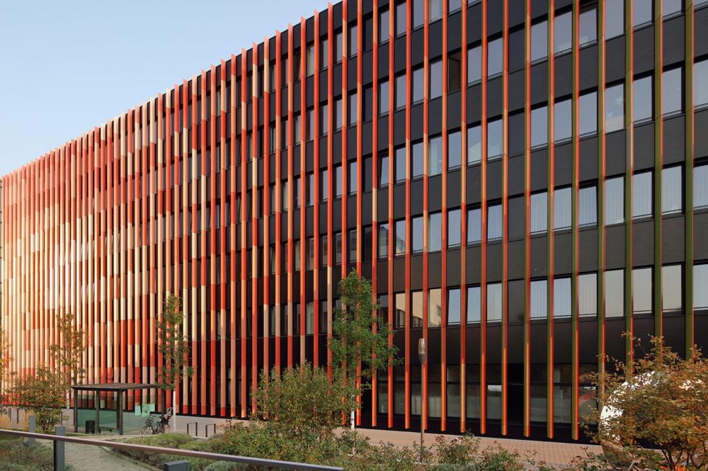 Je nach Standpunkt zeigt sich die Fassade des CIO Köln in rot oder grün.
