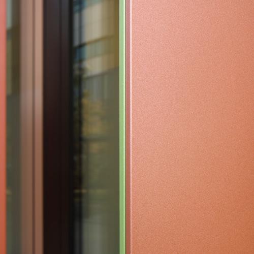 Detailansicht der zweifarbig mit Duraflon lackierten Fassadenlamellen.