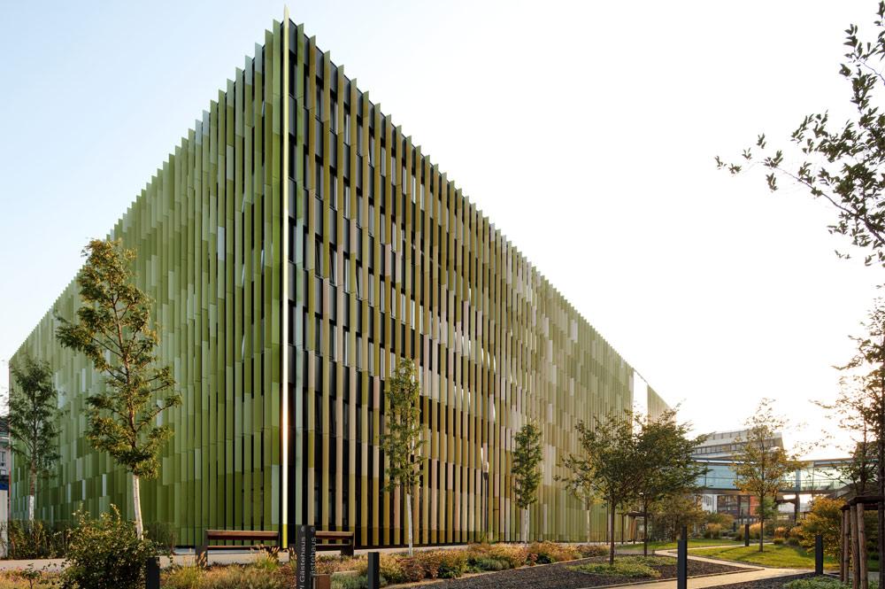 An diesem Standpunkt zeigt sich die Fassade des CIO Köln in Grüntönen.