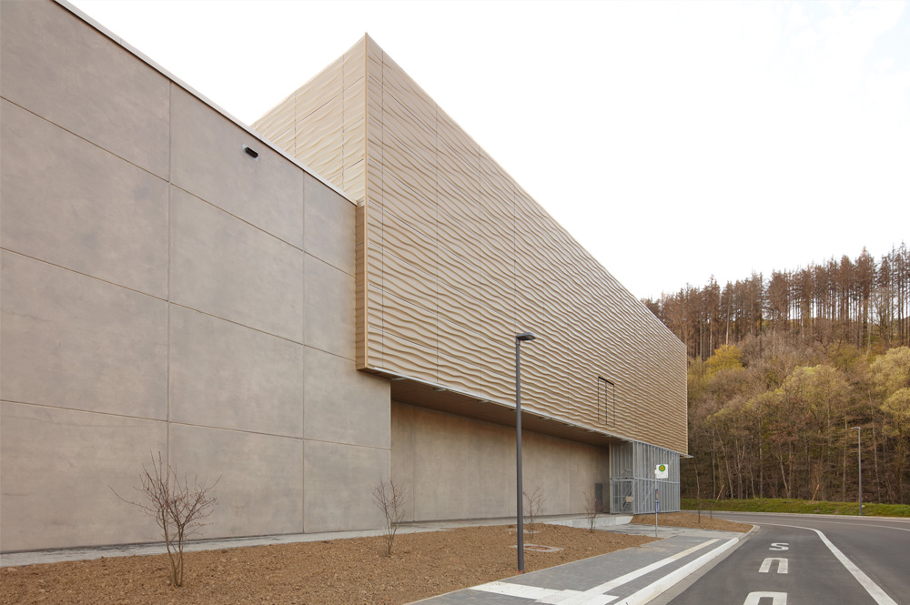 Die Sporthalle Herdorf vor Naturkulisse.