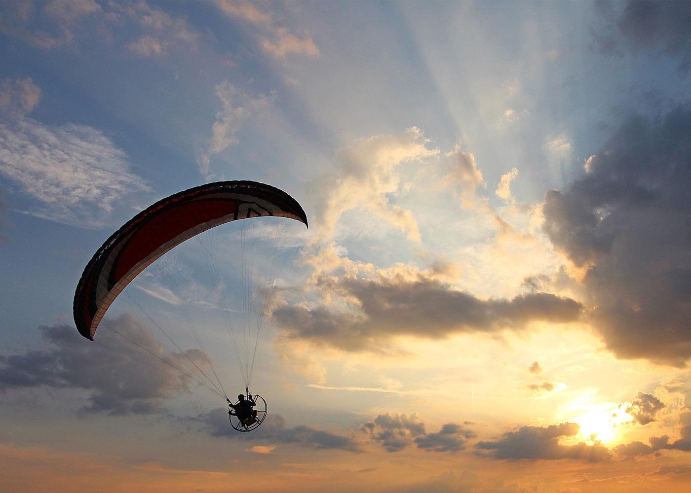Paraglider vor sonnigem Himmel